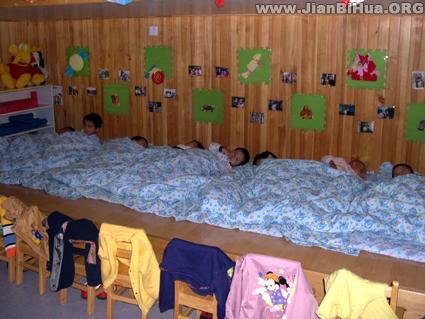 幼儿园午睡室布置图片:小朋友们正在午睡