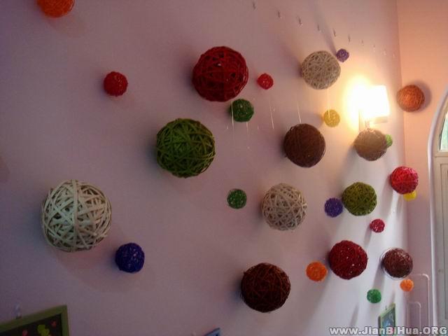 幼儿园小班墙面布置图片:彩球吊饰