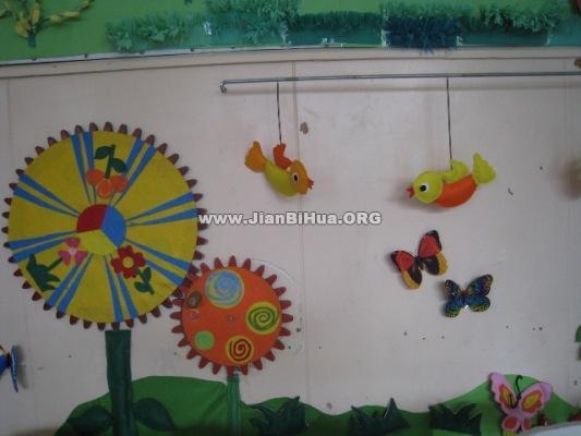 幼儿园小班美工区布置图片 幼儿园小班墙面装饰:放气球的小动物 幼儿