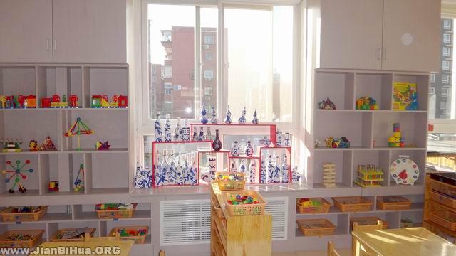 幼儿园小班室内布置图片:窗边布置