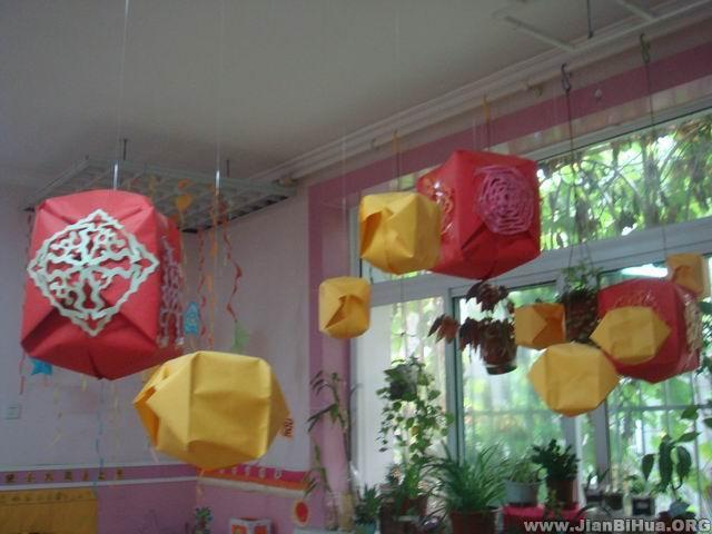 幼儿园盥洗室图片_幼儿园吊饰布置图片:纸球垂吊物