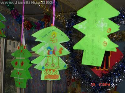 幼儿园盥洗室图片_幼儿园中班吊饰布置:手工圣诞树吊饰