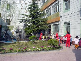 幼儿园小班室外环境布置 花坛 高清图片